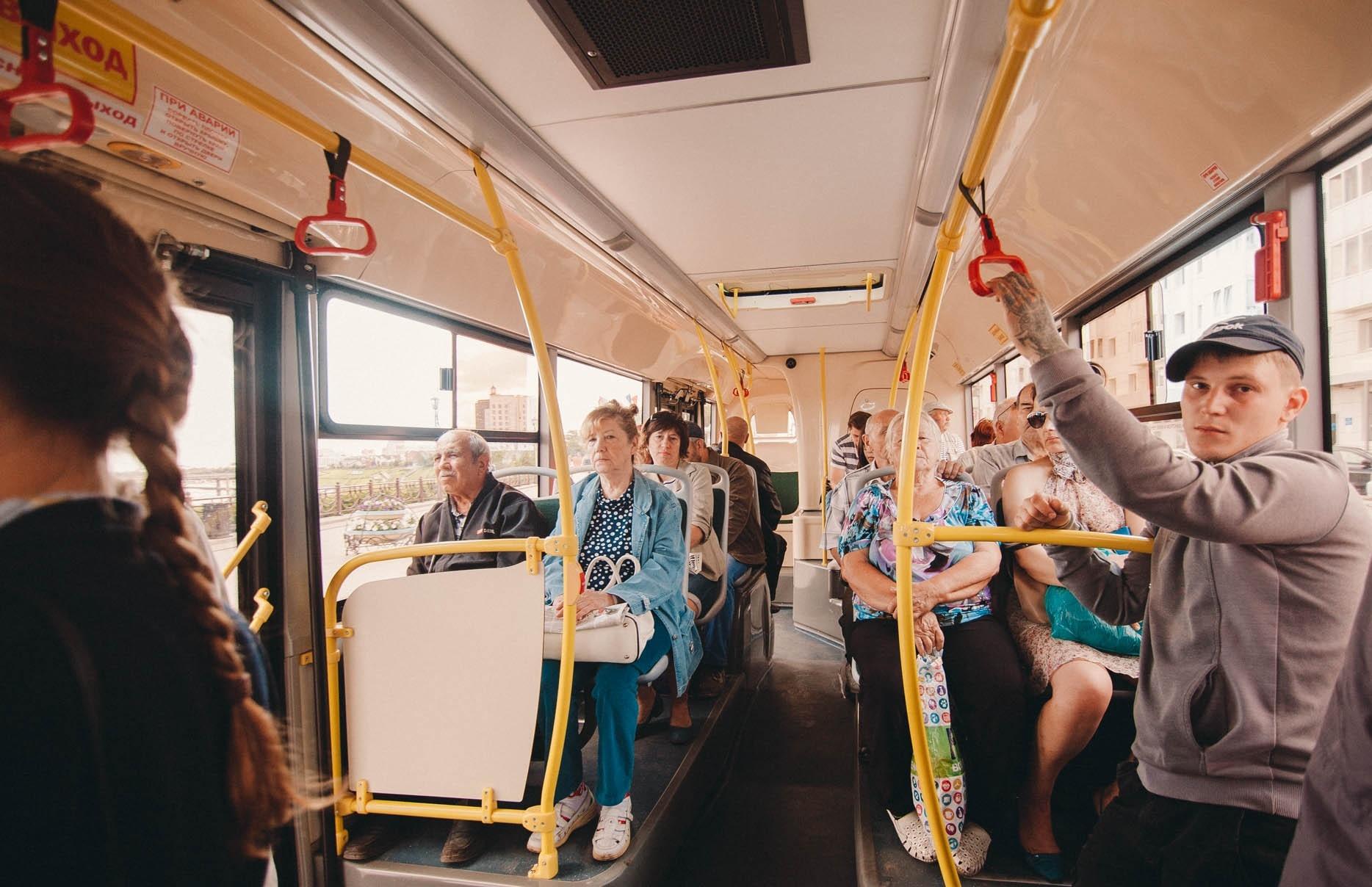 Обладали в автобусе женщин задравшимися