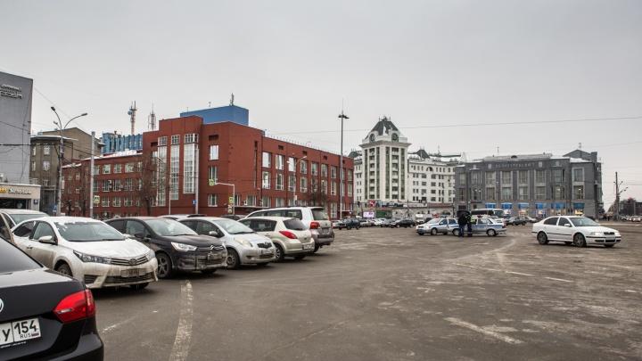 Только для своих: власти Новосибирска раздадут водителям разрешения на парковку