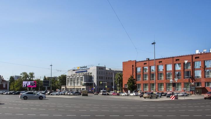 Стоят и шумят: мэрия запретила парковаться на площади Ленина по ночам