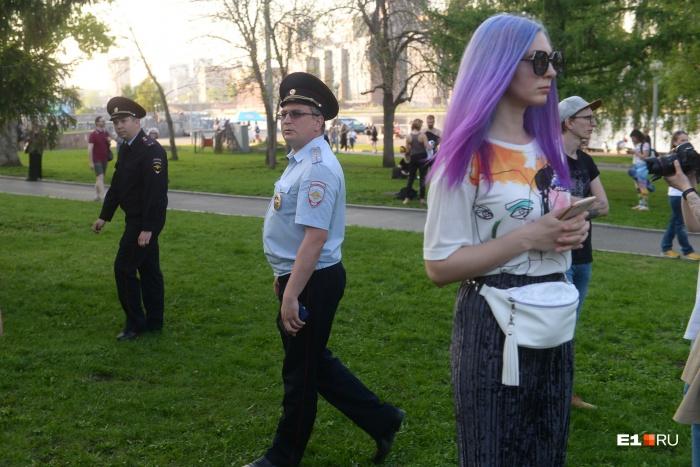 Молодые люди стали главной силой протеста в сквере у Театра драмы