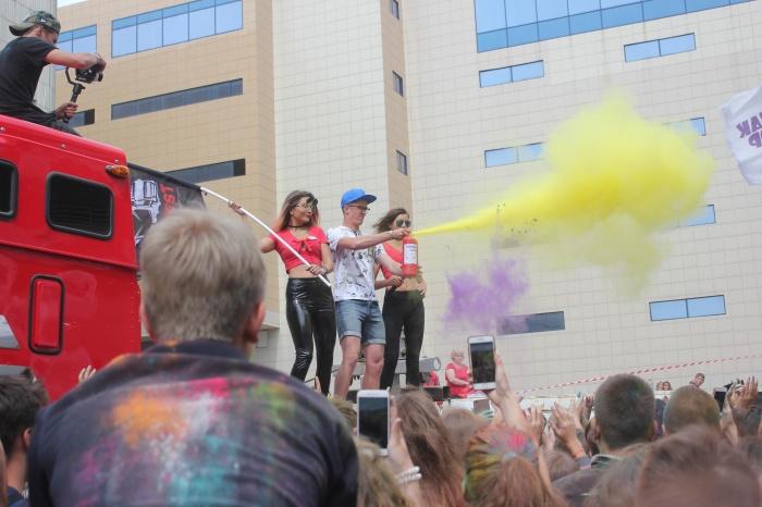 Фестиваль красок устроили сегодня около «Сан Сити»