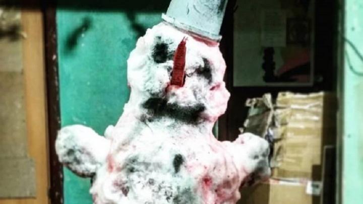 «Он умирает, когда тает». Пермский художник Sad Face слепил мясного снеговика