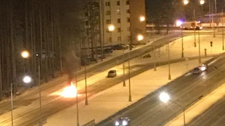 «Еще одну машину подожгли»: на Академика Сахарова сгорела уже вторая за последнее время иномарка
