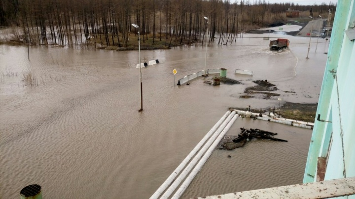 В Норильске река вышла из берегов и затопила улицы