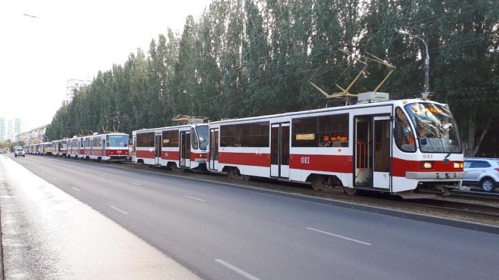 На проспекте Ленина внедорожникNissan застрял на трамвайных путях и спровоцировал пробку