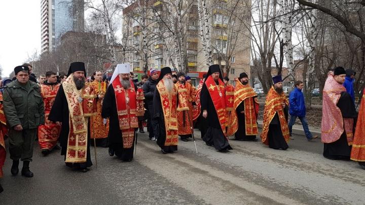 В центре Екатеринбурга перекрыли улицы из-за крестного хода, посвящённого царской семье