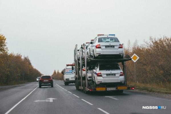 Фуры с новыми машинами для ДПС заметили в Омской области