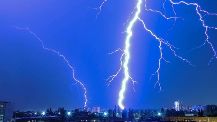 «На крыше будто стоит Перун»: показываем самые яркие кадры бушевавшей над Ростовом грозы