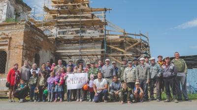 Жители села на Урале начали отстраивать разрушенную церковь за свой счет. Но чиновники им запретили