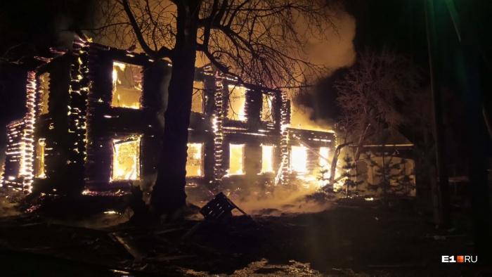 Искры, летящие из горящего здания. угрожают соседним домам
