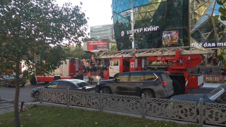 К бизнес-центру на Красном проспекте съехались пожарные машины