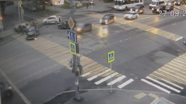 Nexia летела на красный: появилось видео массовой аварии на Малышева — Мамина-Сибиряка