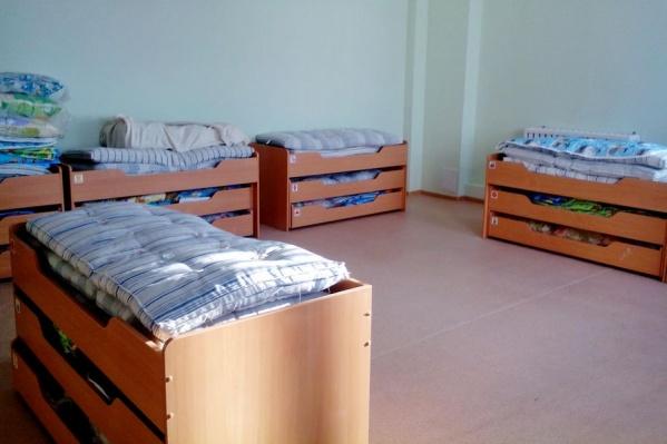 Спасателям пришлось разобрать кровать, чтобы освободить ребенка