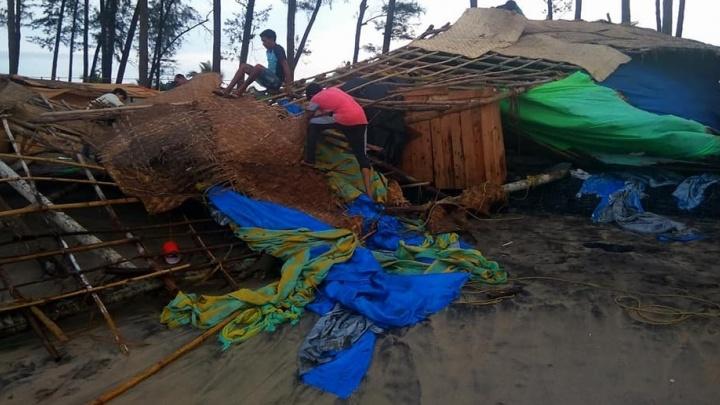 """""""От кафешек почти ничего не осталось"""": на пляжи Гоа обрушился тайфун"""