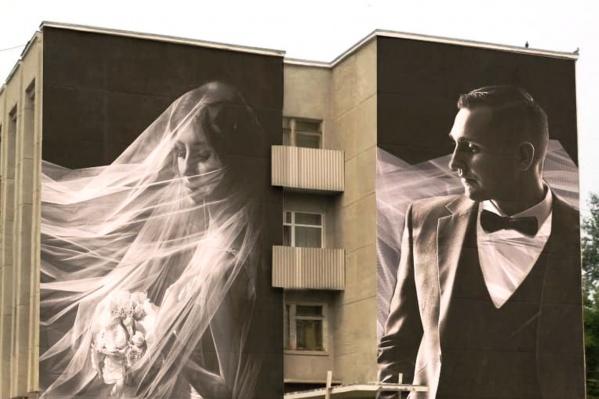 Работу выполняют на основе снимка омского свадебного фотографа Николая Кучерова