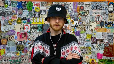 «Граффити — это диалог с городом»: уличный художник стал автором уникальной книги про Архангельск