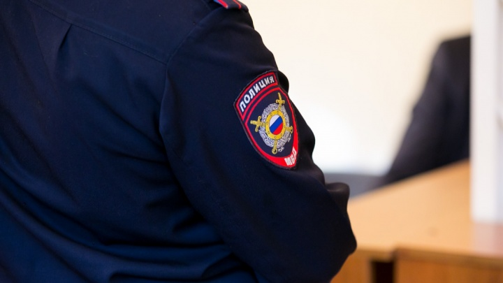 Полицейский избил обидчика 80-летней омички и получил тюремный срок