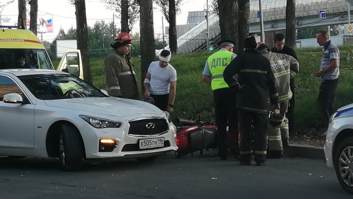 На Сортировке водитель Infiniti не уступил дорогу и сбил мотоциклиста