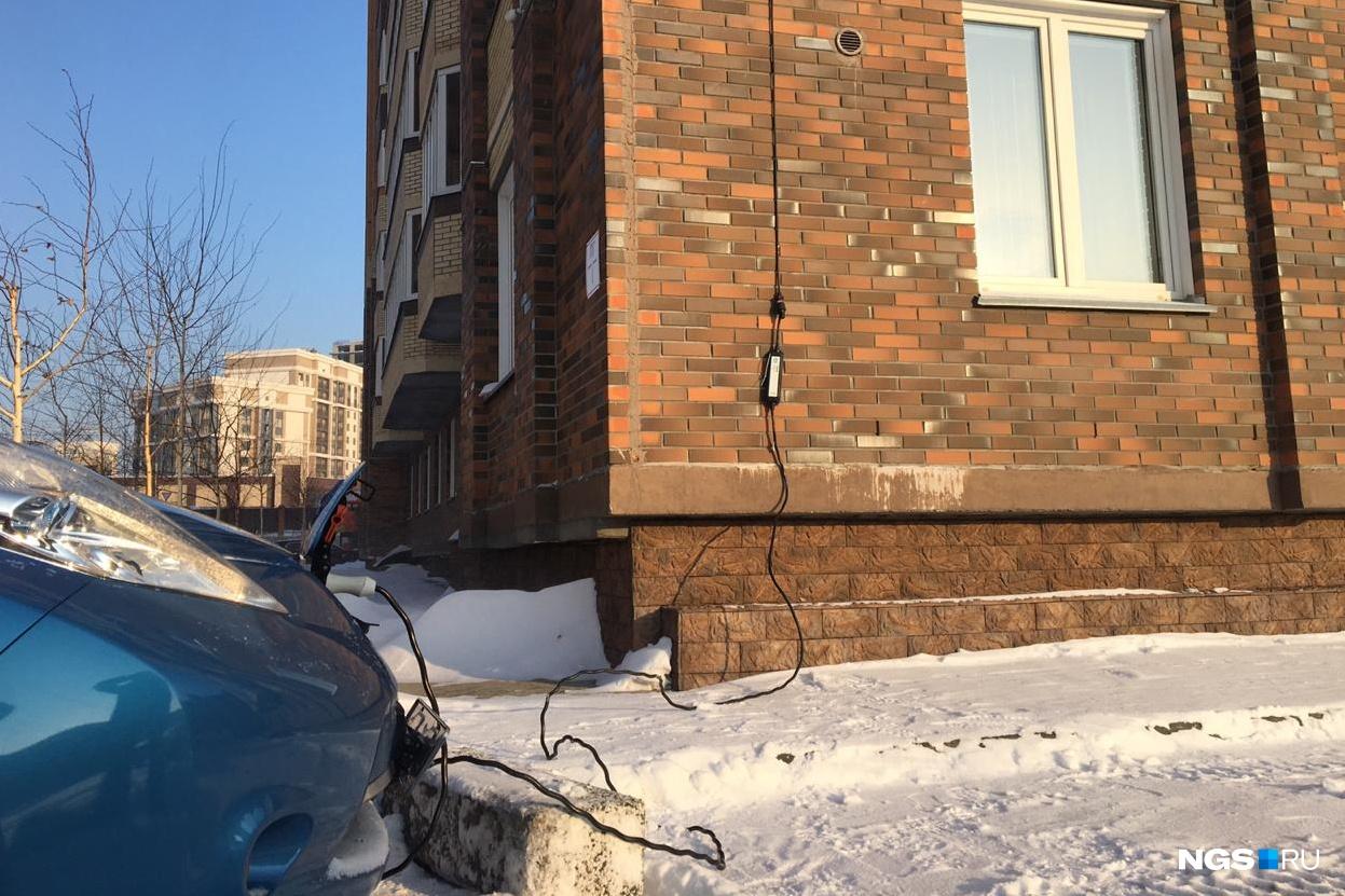 Пока процесс подзарядки выглядит так: провод спускается с 7-го этажа и подключён к домашней розетке