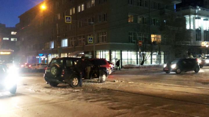 Две иномарки столкнулись на трамвайных путях в Центральном районе