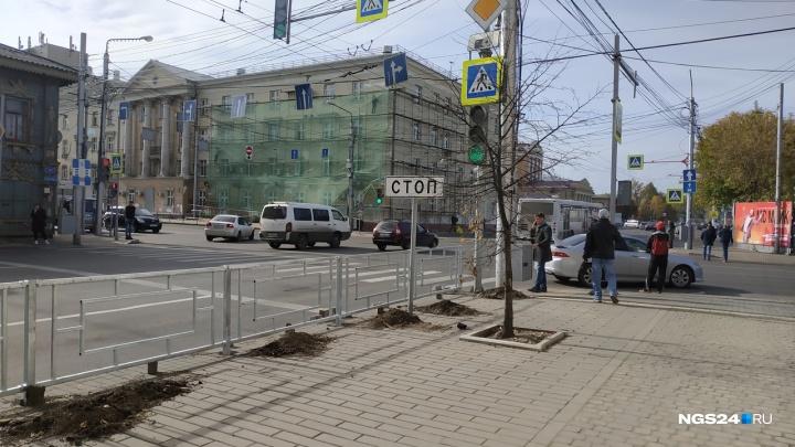 Отремонтированную улицу Ленина начали ограждать заборчиками