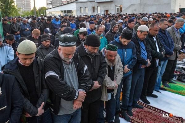 Верующие приходили к мечетям с раннего утра