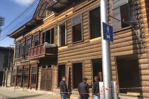 Так здание выглядит сейчас, когда в нём уже начали устанавливать окна и двери