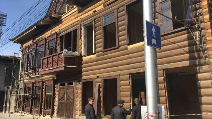 В старинном доме с кладом на Ленина начали устанавливать новые окна