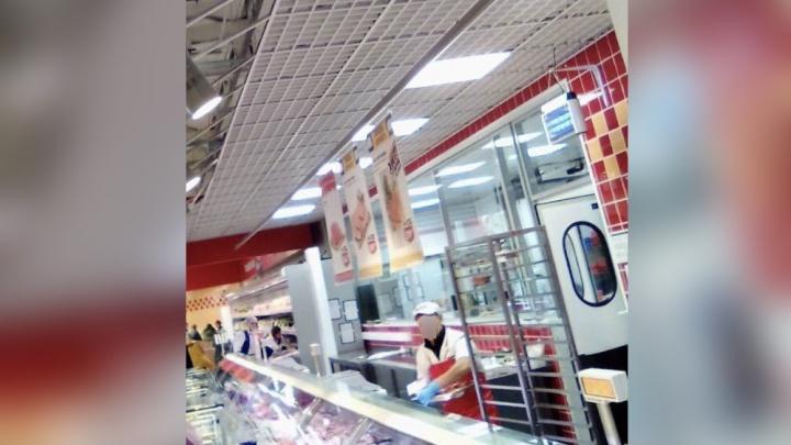 В пермском гипермаркете «Лента» на женщину упала потолочная плитка