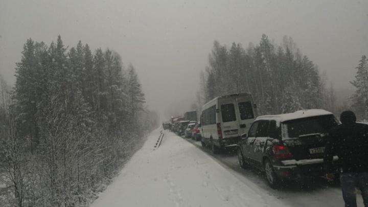 Сотрудники ГИБДД из-за снегопада ограничили междугородние перевозки по Серовскому направлению