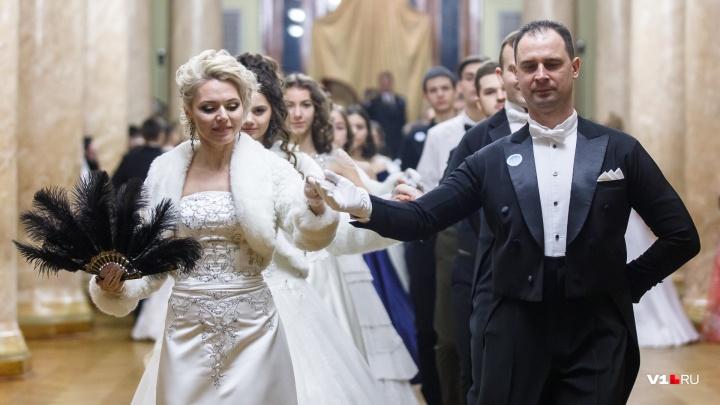 Парад «невест» и африканский танцор: смотрим лучшие фото «Русского бала» в Волгограде