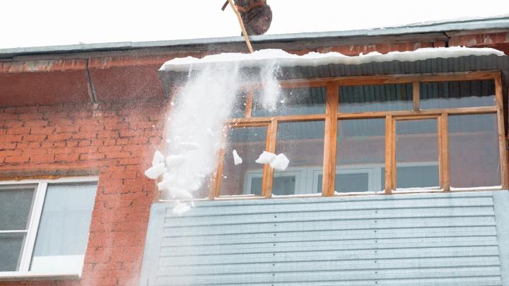 Лопаты в помощь: самарцев попросили убрать снег с балконов и карнизов