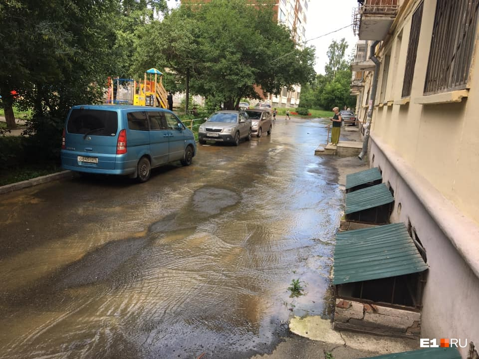 «Люди не могут выйти из подъездов»: на Вторчермете из-за коммунальной аварии затопило улицу