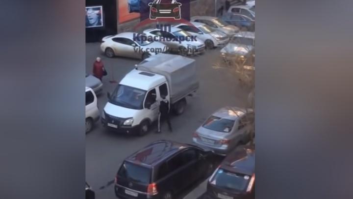 Разгневанный мужчина подрался с водителем «Газели» через открытое окно