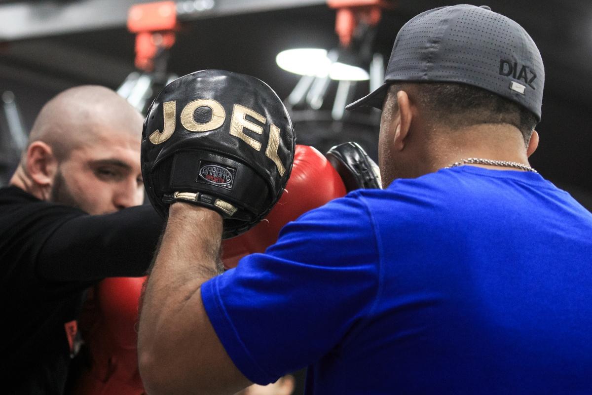 У Джоэля Диаза именные боксёрские лапы