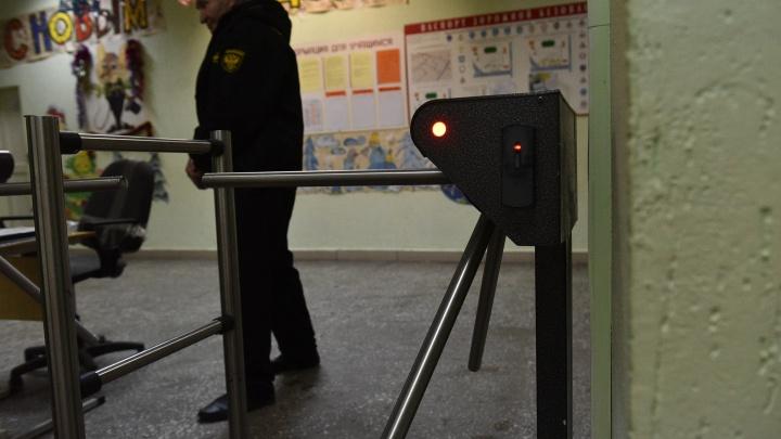 Молоток и нож против невыученных уроков: все о нападении школьника на учительницу в Екатеринбурге