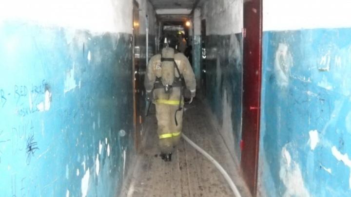 В Кургане из горящего дома эвакуировали 12 человек