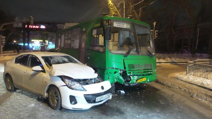 На Сибирском тракте легковушка протаранила автобус с пассажирами