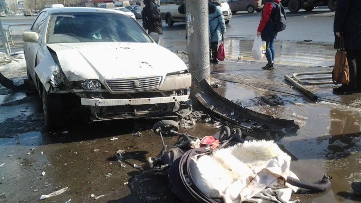 «Малыша доставали из-под машины»: челябинку с коляской сбила вылетевшая на тротуар иномарка