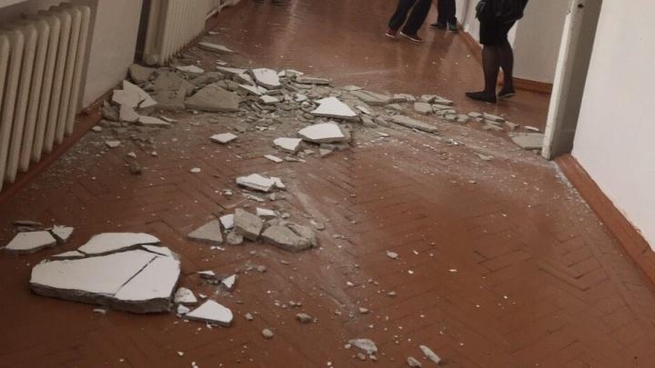 После сильного обвала штукатурки в ишимской школе впервые за 30 лет хотят сделать капремонт