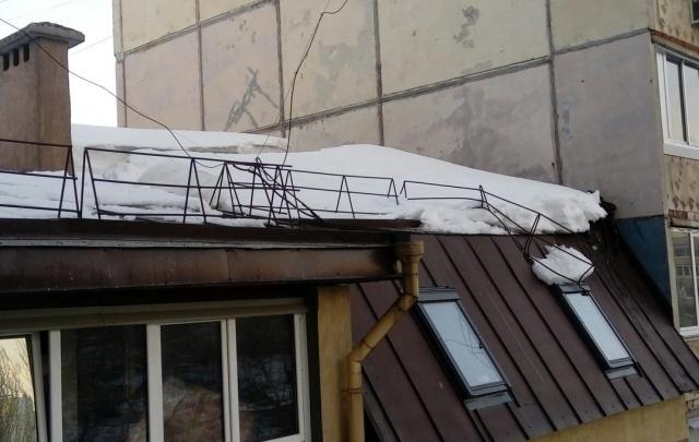 В Уфе ледяная глыба, разрушив ограждение крыши, упала на пешеходную дорожку