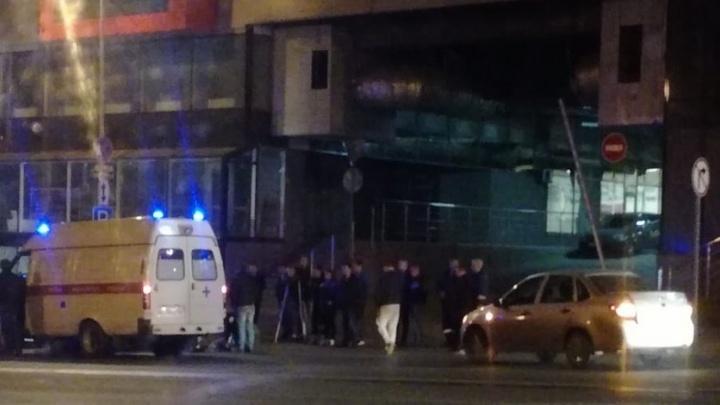 Ночью около ТЦ «Аврора» девушка попала под колеса автомобиля