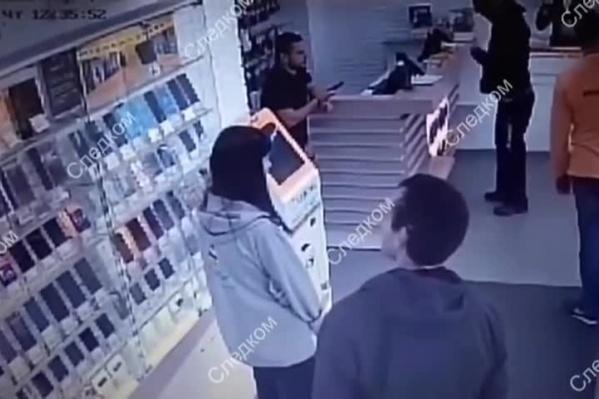 Посетитель устроил разбой со стрельбой в салоне сотовой связи на Бориса Богаткова
