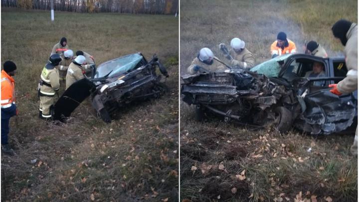 На трассе в Башкирии спасатели вызволили из искорёженной машины пассажира и водителя