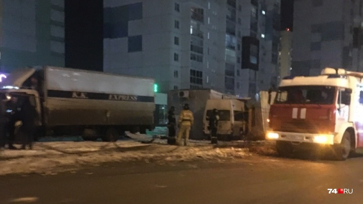 «Влетел в парковку, где стояли ларьки»: на Северо-Западе Челябинска микроавтобус попал в ДТП