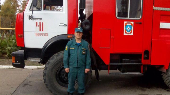 «Счет шел на секунды»: в Зверево пожарный поймал ребенка, выпрыгнувшего из горящего дома