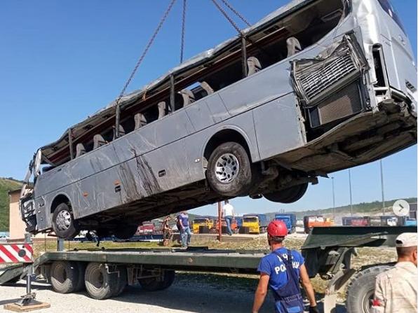 Автобус с внедорожником столкнулись на трассе под Новороссийском