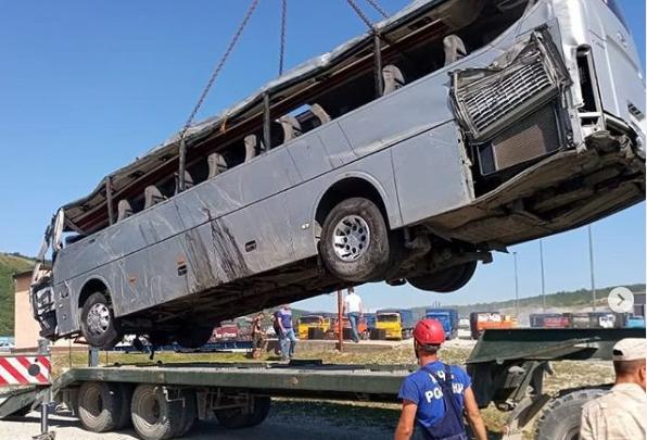 «Пропустил поворот»: очевидцы рассказали о моменте ДТП с автобусом и машиной челябинца на юге России