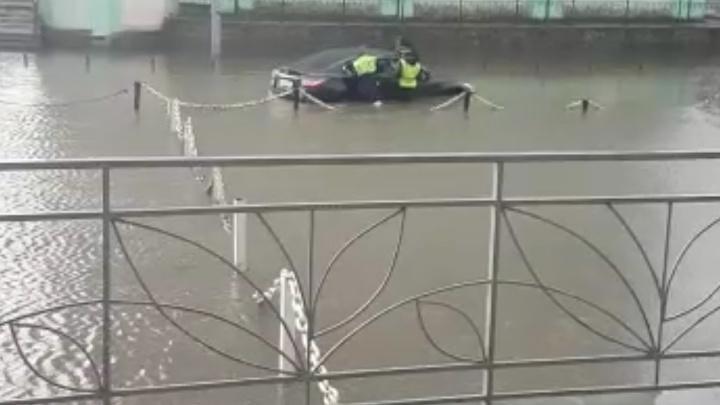 Напуганные дети плакали: в ГИБДД рассказали подробности, как спасали утопающих в районе Автовокзала