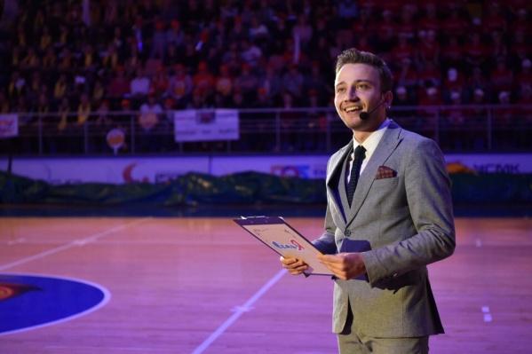 Антон Зайцев закончил театральную академию и работал на различных мероприятиях в качестве ведущего